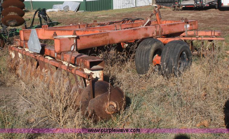 F2902B.JPG - Allis Chalmers 3100 offset disc , 12W , 21 5 quot disc blades , Hydraulic lift , Missing tire and wh...