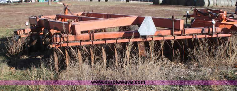 F2902C.JPG - Allis Chalmers 3100 offset disc , 12W , 21 5 quot disc blades , Hydraulic lift , Missing tire and wh...