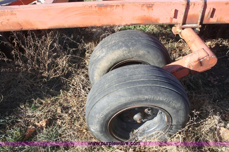 F2902J.JPG - Allis Chalmers 3100 offset disc , 12W , 21 5 quot disc blades , Hydraulic lift , Missing tire and wh...