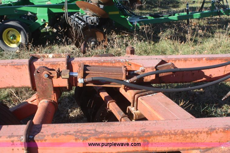 F2902K.JPG - Allis Chalmers 3100 offset disc , 12W , 21 5 quot disc blades , Hydraulic lift , Missing tire and wh...
