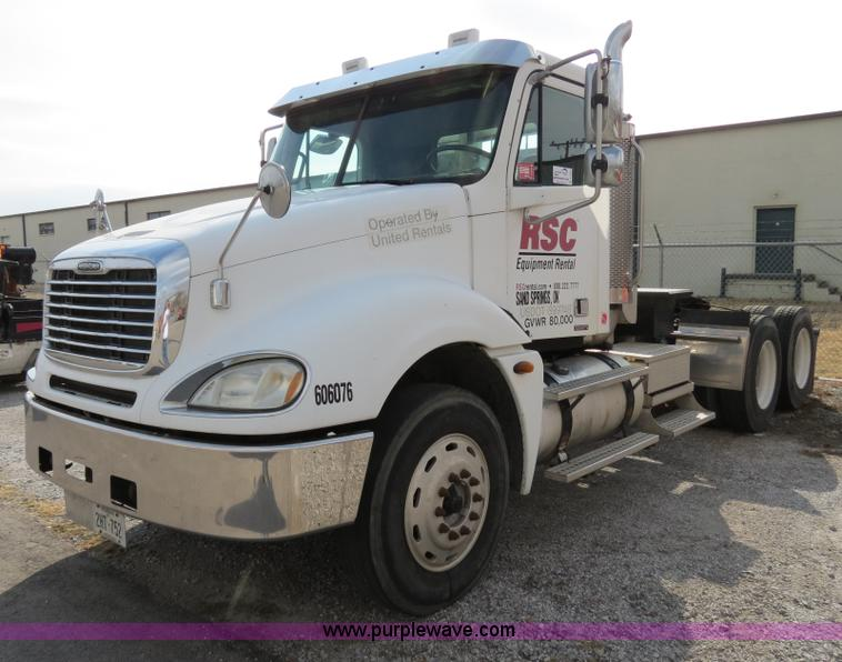 B4605.JPG - 2006 Freightliner Columbia 120 semi truck , 254,395 miles on odometer , 8,641 hours on meter , Cater...