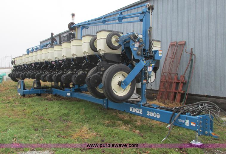 F4270.JPG - Kinze 3600 Twin Line 16/31 row planter , 16 corn boxes for vacuum system , Precision V set meters fo...