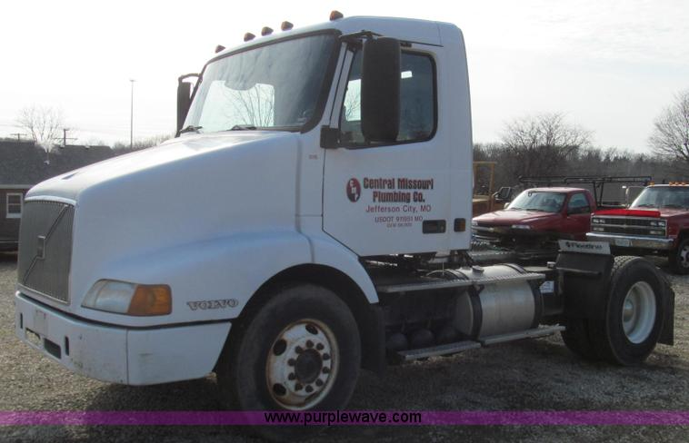 E3717.JPG - 2001 Volvo VNM semi truck , 482,553 miles on odometer , Cummins ISM 10 8L L6 diesel engine , Serial ...