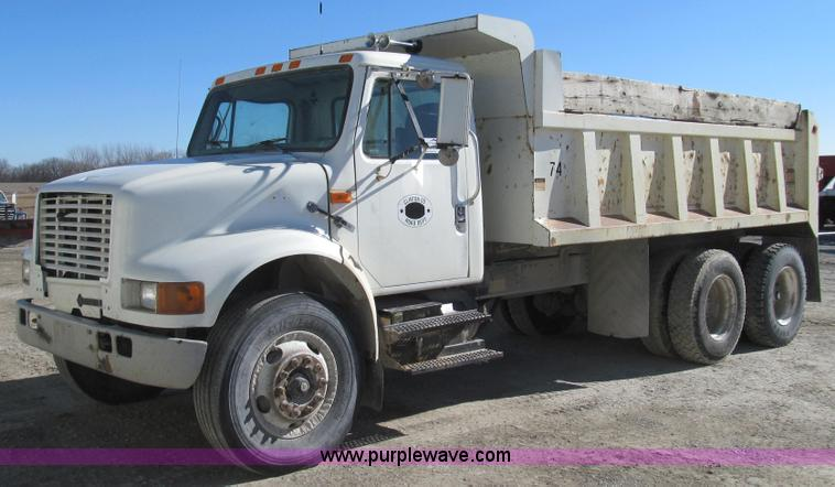 E3746.JPG - 2000 International 4900 dump truck , 274,921 miles on odometer , 11,573 hours on meter , Internation...