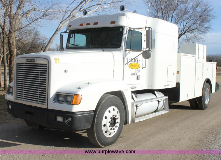 E8416.JPG - 1999 Freightliner FLD semi service truck , 913,478 miles on odometer , Cummins 855 diesel engine , 4...