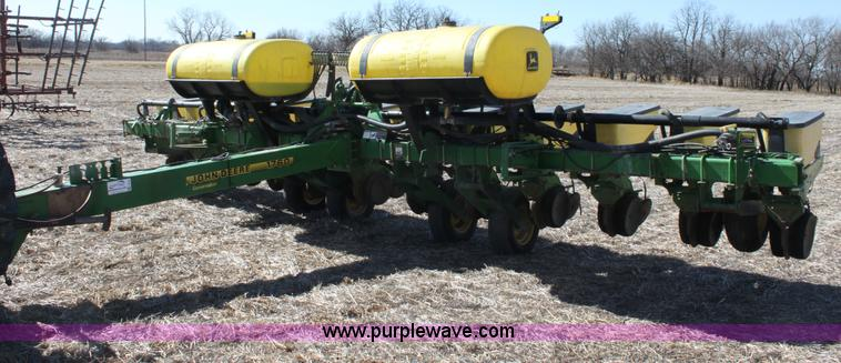 E8423.JPG - 1999 John Deere 1760 Conservation 12 row flex planter , Heavy duty down pressure , Double disk opene...