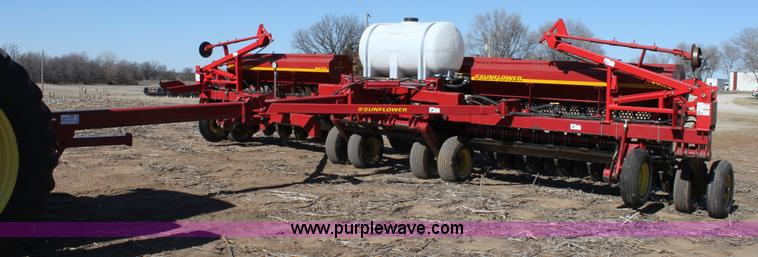E8438.JPG - 2003 Sunflower 9432 30 folding drill , 12,673 acres on meter , 36 row , 10 quot spacing , No till ma...