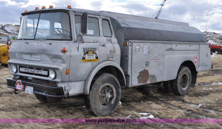 C3375.JPG - 1979 GMC 7000 fuel truck , 102,785 miles on odometer , 427 CID eight cylinder gas engine , Five spee...