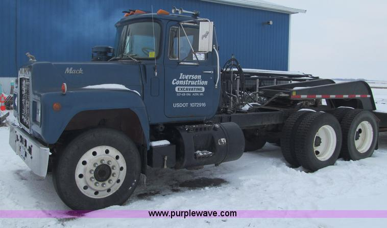 F5917.JPG - 1980 Mack R686ST semi truck , 211,038 miles on odometer , Diesel engine , 10 speed manual transmissi...