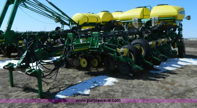 G7756.JPG - 2009 John Deere 1770 CCS no till planter , 16 row , 30 quot spacing , Three point , Air Vac seed , C...