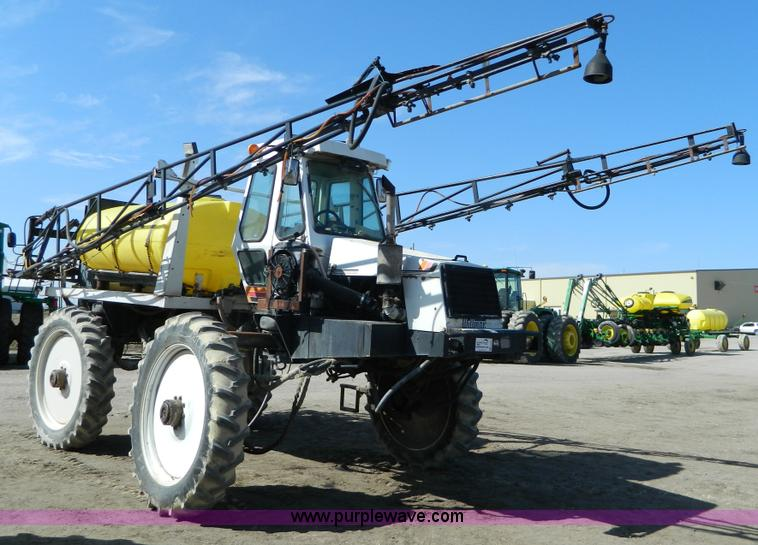 G7763.JPG - 1994 Willmar 760 self propelled sprayer , 3,269 hours on meter , John Deere 404 four cylinder diesel...