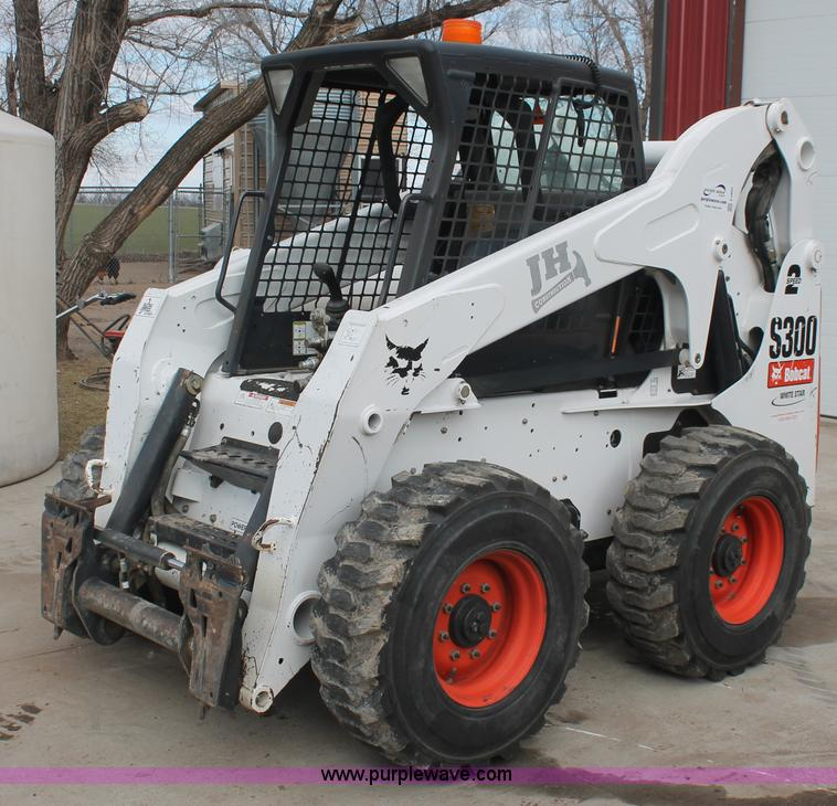 E2860.JPG - 2009 Bobcat S300 skid steer , 1,218 hours on meter , Kubota four cylinder diesel engine , Model V380...