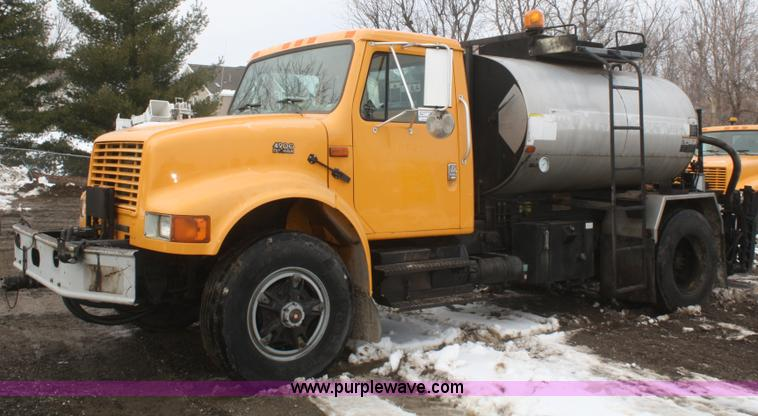 F2958.JPG - 1996 International 4900 oil distributor truck , 38,386 miles on odometer , 4,732 hours on meter , In...