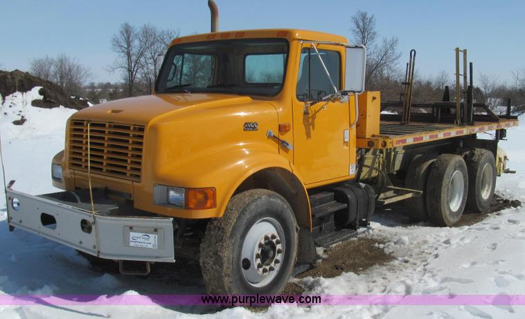 E3798.JPG - 1998 International 4900 flatbed truck , 128,459 miles on odometer , 4,002 hours on meter , Internati...