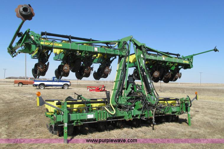 E5029.JPG - John Deere 1720 Integral Stack Fold planter , 16 row , 30 quot spacing , Max Emerge XP row units , 3...