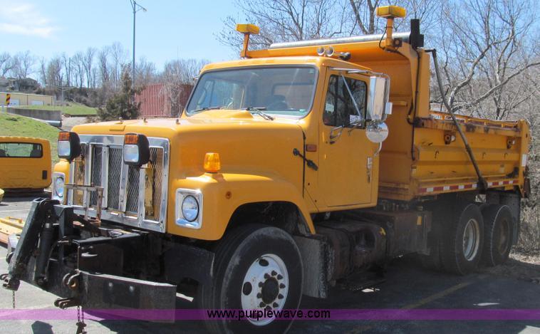 E3855.JPG - 2002 International 2554 dump truck , 200,664 miles on odometer , 8,951 hours on meter , Internationa...