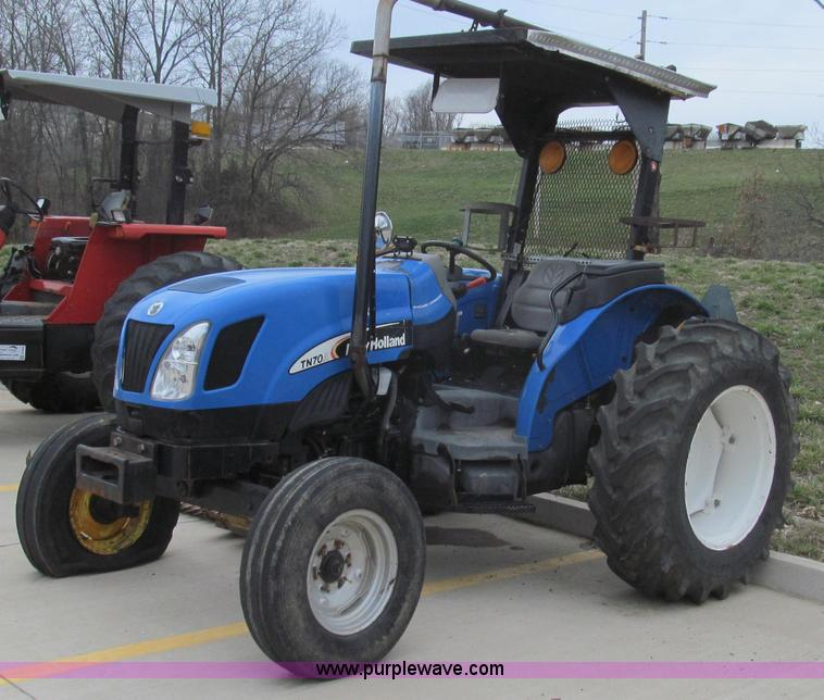 E3870.JPG - 2004 New Holland TN70 tractor , 2,528 actual hours , New Holland Iveco 2 9L three cylinder diesel en...