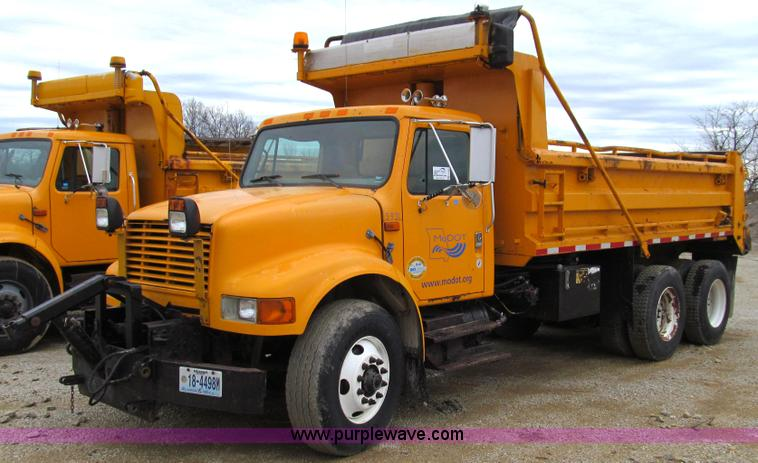 E3900.JPG - 1999 International 4900 dump truck , 182,877 miles on odometer , 10,782 hours on meter , Internation...