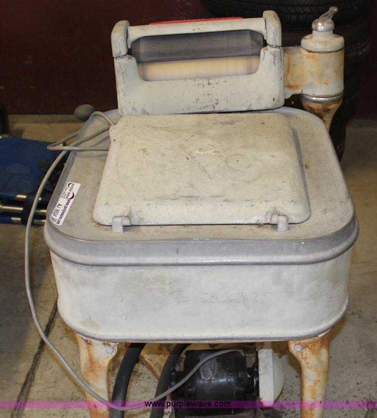 AJ9524.JPG - Maytag Gyrator washer, ...