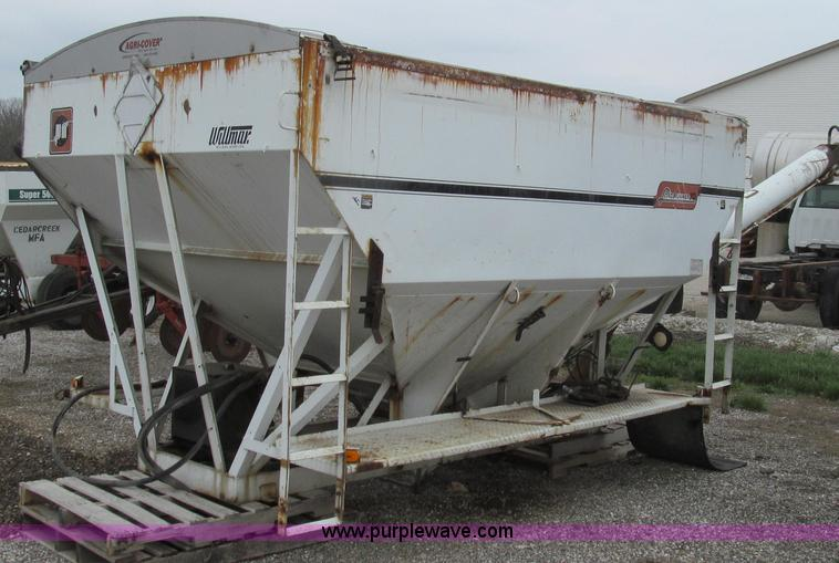 E3883.JPG - Willmar Load Runner 10 ton dry tender bed , Dual compartment , Hydraulic controlled discharge auger ...