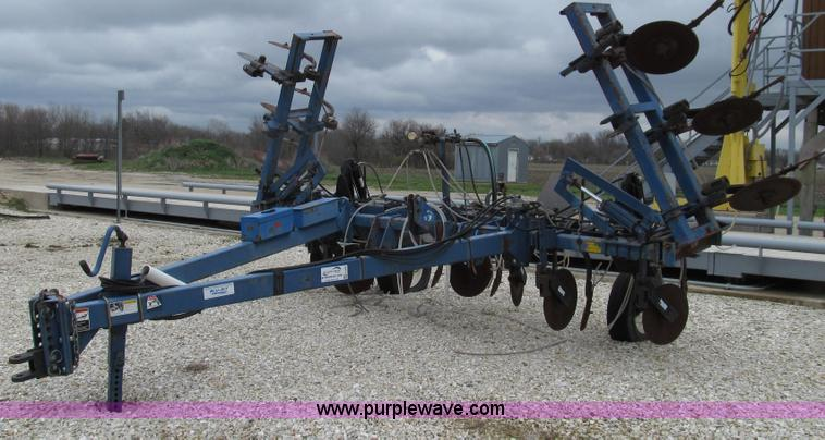 E3890.JPG - Blue Jet anhydrous toolbar , 27W , 13 shanks with coulters , Clevis hitch , Hydraulic fold and lift ...