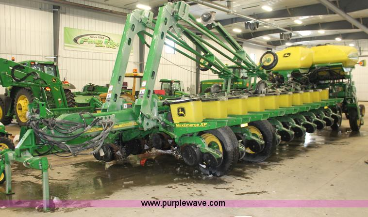 H3742.JPG - 2008 John Deere 1770NT planter , 60L toolbar , 24 rows , 30 quot spacing , Bulk fill , Individual ho...
