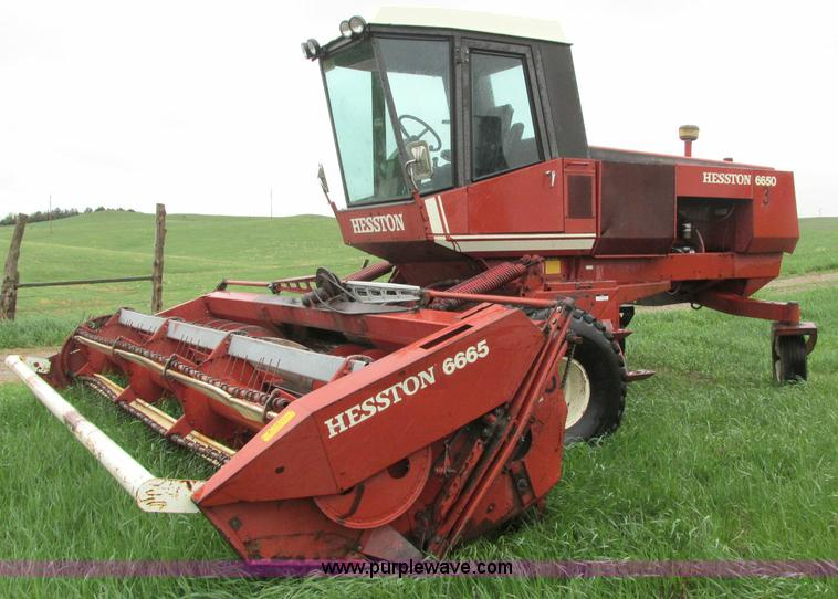 E5028.JPG - 1982 Hesston 6650 self propelled swather , 5,941 hours on meter , Perkins diesel engine , Hydrostati...