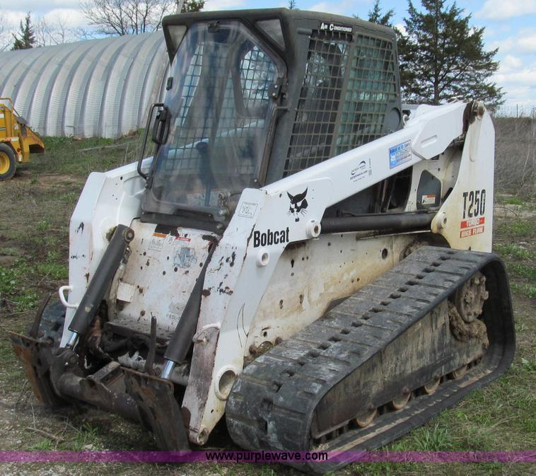E3909.JPG - 2003 Bobcat T250 skid steer , 3,987 hours on meter , Four cylinder turbo diesel engine , 81 HP , Enc...