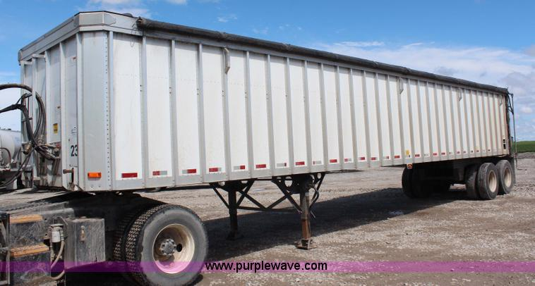 G5211.JPG - 2006 Trail King 42 belt trailer , 48 quot W belt , Tarp , Sliding rear gate , Air suspension , Air b...