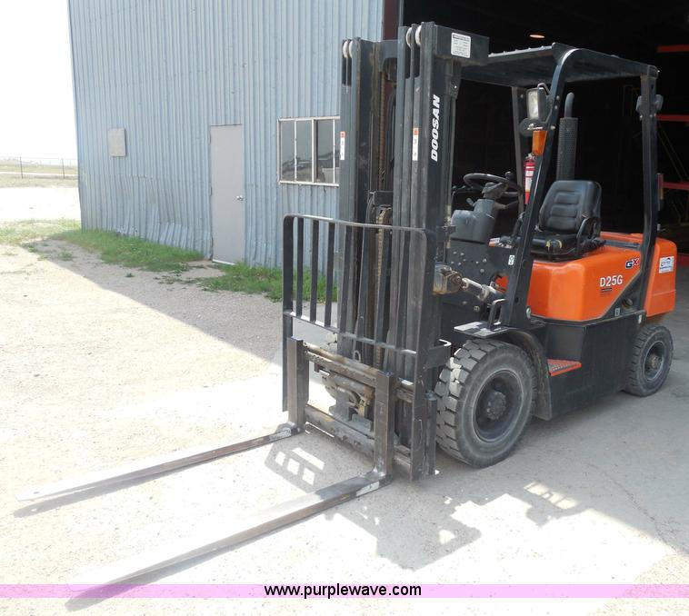 H3155.JPG - Doosan D25G forklift , 1,487 hours on meter , Hours will vary, still in use , Cummins B3 3 diesel en...