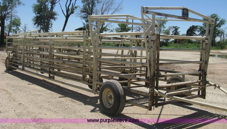 D8351.JPG - Wilson wheel corral , Front load out , Re vacc/doctoring alley , Head gate , Back stop bar , Fold aw...