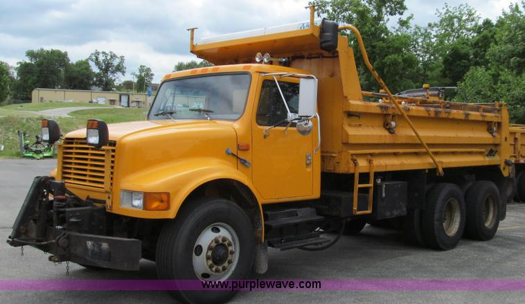 E3963.JPG - 2000 International 4900 dump truck , 184,569 miles on odometer , 8,503 hours on meter , Internationa...