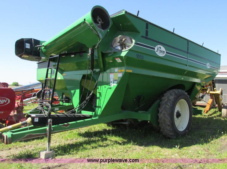 A8542.JPG - 2005 J amp M Manufacturing Grain Storm 1050 grain cart , 480/80R42 dual tires , 22 quot auger , Hydr...