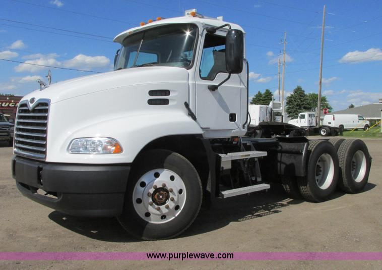 A8574.JPG - 2004 Mack CX613 Vision semi truck , 568,866 miles on odometer , Mack E7 12 0L L6 diesel engine , 355...
