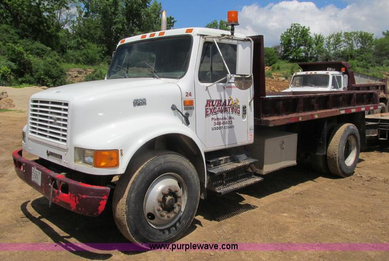 G8677.JPG - 1990 International 4900 semi truck , 153,294 miles on odometer , International DT466 diesel engine ,...