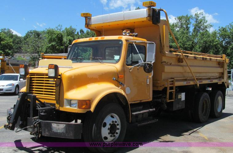 G2022.JPG - 1999 International 4900 dump truck , 160,984 miles on odometer , 8,939 hours on meter , Internationa...
