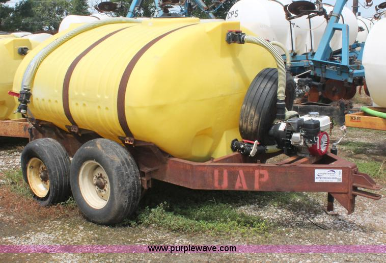I7925.JPG - 1,000 gallon liquid nurse trailer , Poly tank , 2 quot plumbing , Shut off valves , Honda gas engine...