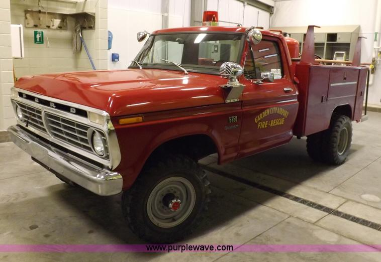 I7668.JPG - 1975 Ford F250 utility truck , 2,126 actual miles , 360 C I D V8 gas engine , Four speed manual tran...
