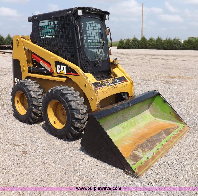 I7649.JPG - 2004 Caterpillar 226 skid steer , 3,640 hours on meter , Perkins CAT 2 8L four cylinder diesel engin...