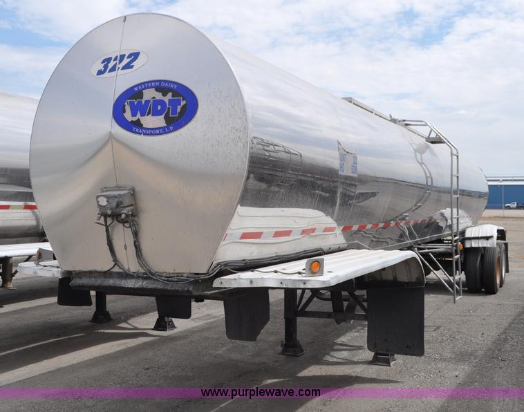 G6158.JPG - 1983 Polar milk tanker trailer , 42L overall , 6,250 gallon capacity , Single hatch , Dual access la...
