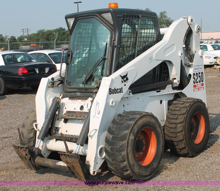 I8192.JPG - 2004 Bobcat S250 Turbo skid steer , 2,202 hours on meter , Kubota four cylinder diesel engine , Trac...