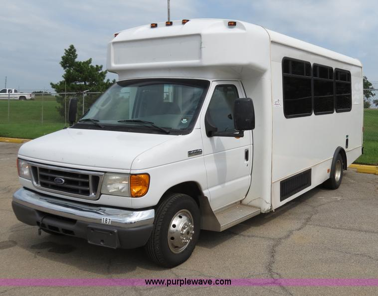 B4792.JPG - 2006 Ford E450 transit bus , 125,389 actual miles , 6 0L V8 diesel engine , Automatic transmission ,...