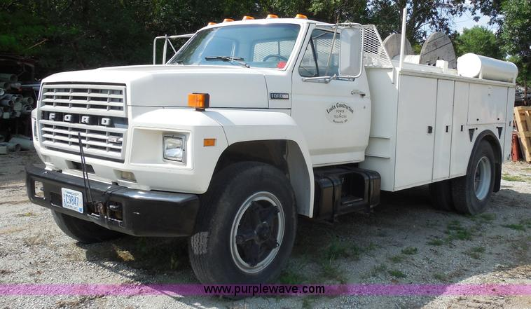G8982.JPG - 1982 Ford F700 utility truck , 64,248 actual miles , Ford 6 1L V8 gas engine , Five speed manual tra...