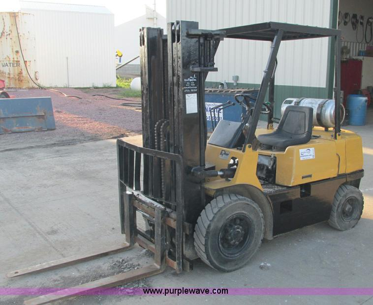 E5191.JPG - Caterpillar CPQD2 5 forklift , 3,333 hours on meter , Propane engine , Triple mast , Side shift , Ti...