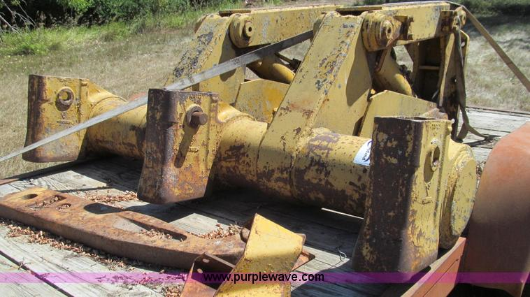 G2095.JPG - Caterpillar No 7 ripper , Three shank capacity , One shank included , 51 quot L  , Hydraulic lift cy...