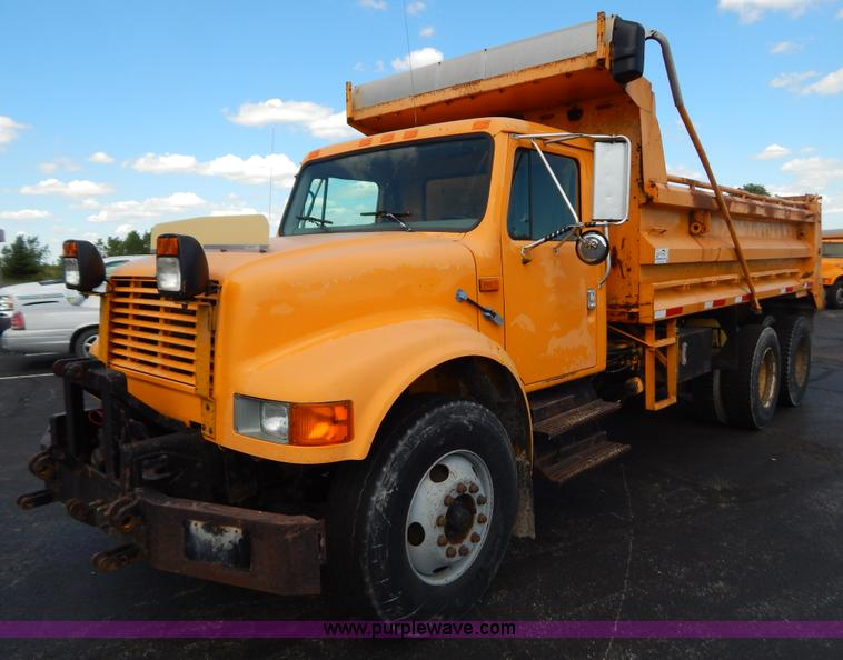 G3481.JPG - 1998 International 4900 tandem axle dump truck , 205,879 miles on odometer , 11,176 hours on meter ,...