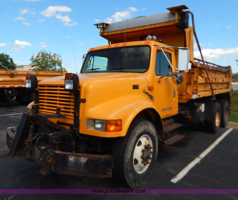 G3483.JPG - 1999 International 4900 tandem axle dump truck , 211,925 miles on odometer , 11,371 hours on meter ,...