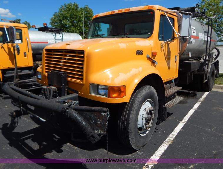 G3487.JPG - 1998 International 4900 oil distribution truck , 61,655 miles on odometer , 5,525 hours no meter , I...