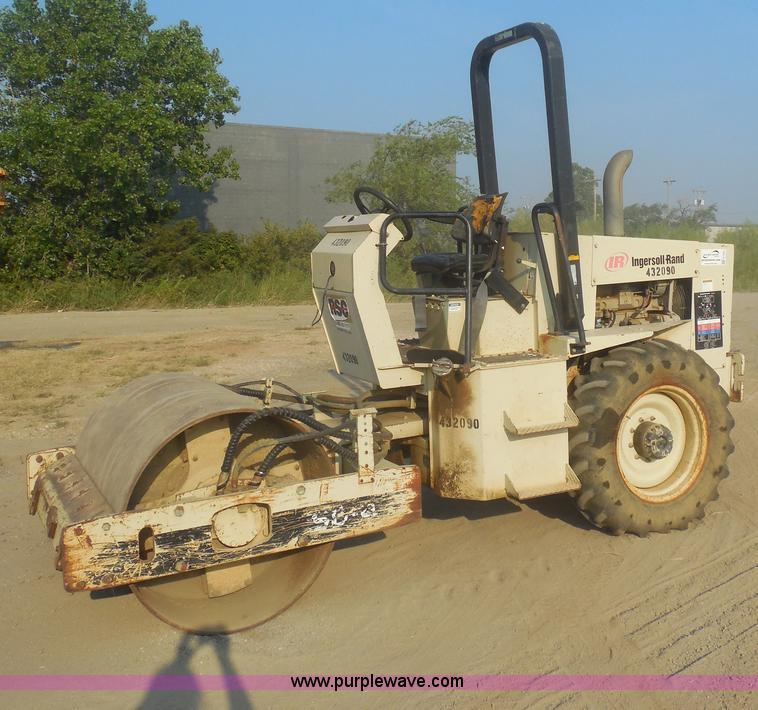 E7622.JPG - Ingersoll Rand SD40D vibratory roller , 1,717 hours on meter , John Deere 4 5L diesel engine , 80 HP...