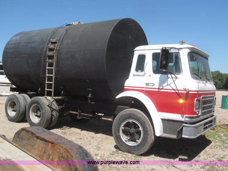 F7099E.JPG - 1975 International Cargostar 1610B water truck , 77,012 miles on odometer , International 345 C I D ...